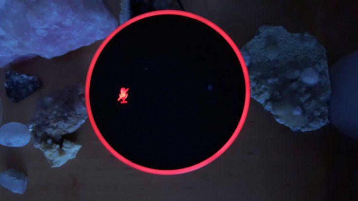 Das rote Mikrofonemblem und der rote Kreis zeigen an, dass die Mikrofone des Echo deaktiviert sind.