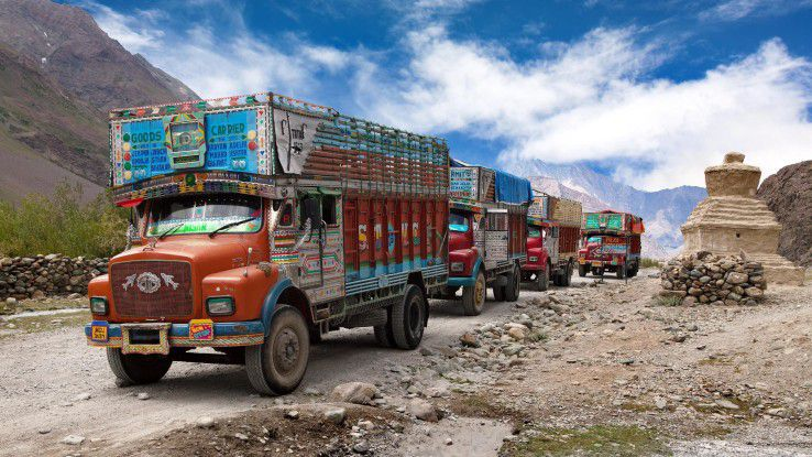 Brandgefährlich: Viele LKW-Fahrer in Indien schalten bergab den Motor ab, um Sprit zu sparen.