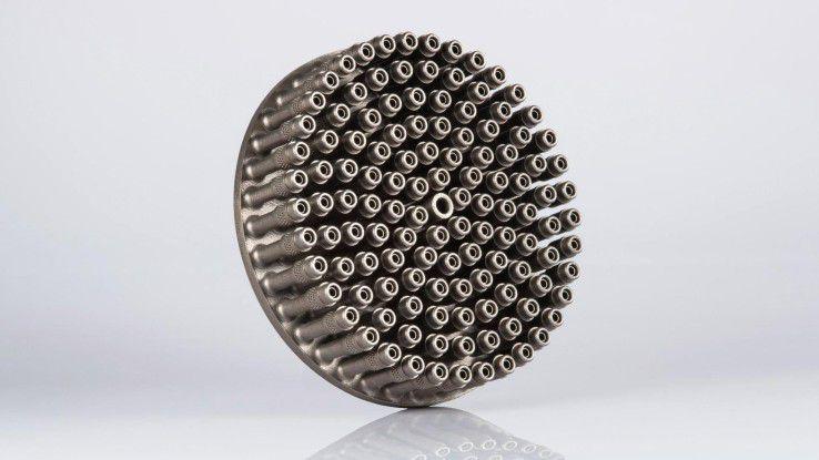 Die additiv gefertigte Grundplatte des Einspritzkopfs eines Raketentriebwerks mit 122 integrierten Einspritzelementen wurde aus EOS NickelAlloy IN718 gefertigt.