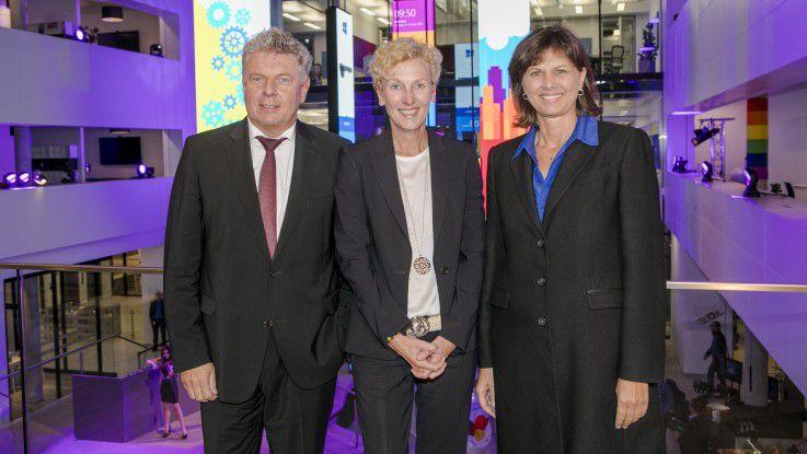 Bayerns Wirtschaftsministerin Ilse Aigner (rechts) und Münchens Oberbürgermeister Dieter Reiter (links) zu Gast im neuen Microsoft-Gebäude in der Parkstadt Schwabing. In der Miitte: Sabine Bendiek, Vorsitzende der Geschäftsführung der Microsoft Deutschland GmbH.