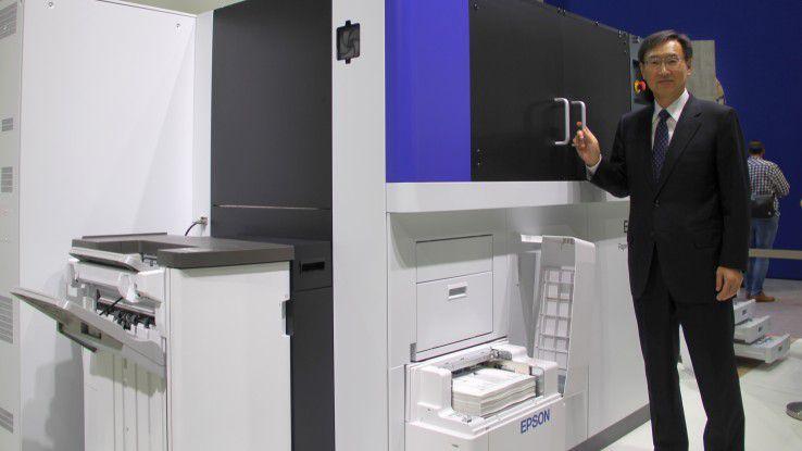 Epson-Präsident Minoru Usui ist eigens aus Japan nach Hannover zur CeBIT gereist, um das PaperLab persönlich zu präsentieren