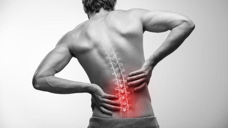 Rückenschmerzen können vom zu langen Sitzen am Schreibtisch kommen. Mit diesen Übungen können Sie dem Schmerz vorbeugen.