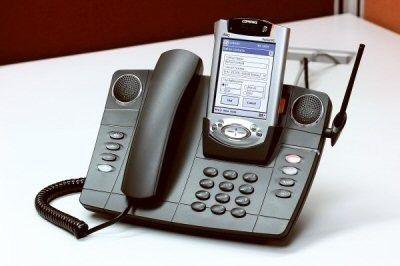 Mit VoIP wachsen TK- und IT-Welt zusammen, wenn beispielsweise das Telefon den PDA als elektronisches Rufnummernverzeichnis nutzt. Foto: Mitel