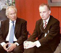 August-Wilhelm Scheer (links) und Holger Röder (rechts) diskutierten im Job- und Karrierezentrum der COMPUTERWOCHE auf der CeBIT. (Quelle: Meyer)