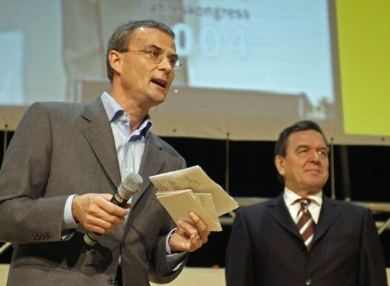 Bundeskanzler Gerhard Schröderneben CW-Chefredakteur und Jurymitglied Christoph Wittebei der Verleihung des fünften Deutschen Internetpreises.