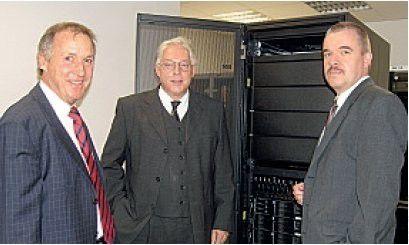 Die Protagonisten der Migration (von lins): Travert-Geschäftsführer Ernst Schierholz, IT-Leiter Werner Henschel und der Projektverantwortliche Ralf Brauer; im Hintergrund der handelsübliche Intel-Server, der den Mainframe ersetzt.