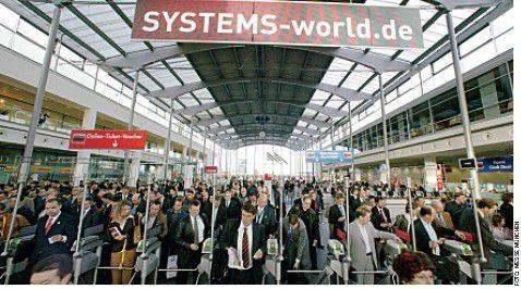 Ein Bild, das die Herzen der Veranstalter höher schlagen lässt: Besucher drängen in Massen auf die Systems.
