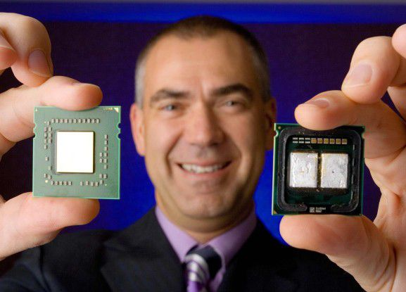 AMDs Executive Vice President Henri Richard zeigt einen AMD native-Quad-Core (links) und einen Intel Pseudo-Quad-Core.