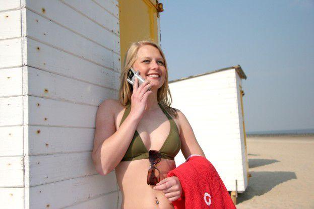 Während die EU bei Handy-Telefonaten im Ausland die Roaming-Gebühren begrenzt hat, langen die Mobilfunkanbieter bei den Datentarifen noch immer ungeniert hin.