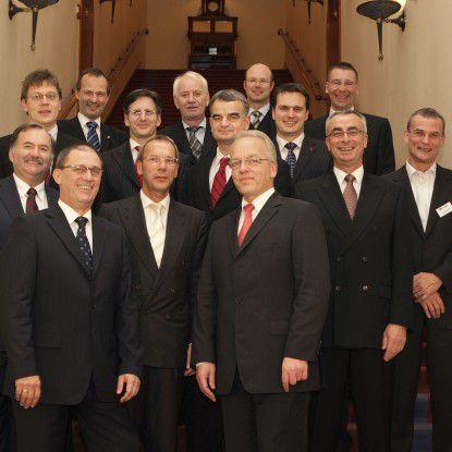 """Die Top 10 CIOs aus der Kategorie """"Großunternehmen"""" und die drei Mittelstandsgewinner 2007 sind (1. Reihe von links) Werner Scherer (Döhler), Andreas Resch (Bayer), Wolfgang Gaertner (Deutsche Bank), Rudolf Schwarz (Migros), Christoph Witte (Chefredakteur COMPUTERWOCHE); (dahinter von links) Karl Pomschar (Qimonda), Goy-Hinrich Korn (Krone), Horst Ellermann (Chefredakteur CIO), Manfred Klunk (KVB), Dietmar Schröder (Techniker Krankenkasse), Johannes Helbig (Deutsche Post), Kurt Servatius (Allianz), Jürgen Burger (Hellmann), Jens Siebenhaar (Obi). (Foto: Joachim Wendler)"""
