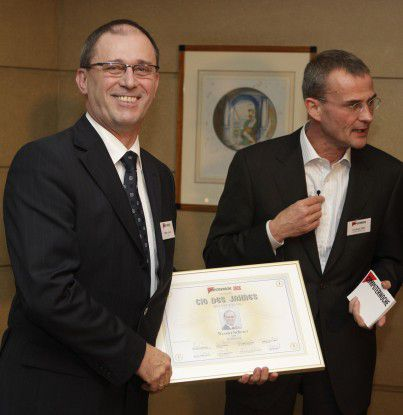 """Werner Scherer (links), CIO von Döhler, freut sich über den ersten Platz in der Kategorie """"Mittelstand"""". (Foto: Joachim Wendler)"""