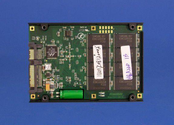 Wichtigste Bestandteile einer SSD sind die Flash-Speicherchips. Dabei kommt es in erster Linie auf Qualität und Kapazität der verwendeten Bausteine an.