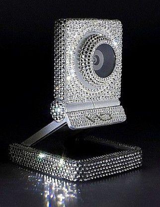 1.350 Kristalle, alle per Hand auf das Gehäuse der Web-Cam geklebt - ein technisches Meisterstück.