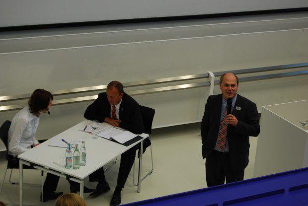 Die Studentin Nina Weiß, Wilken-Geschäftsführer Andreas Lied und Kommunikationschef Wolfgang Grandjean zeigen Studenten, wie ein Vorstellungsgespräch ablaufen sollte.