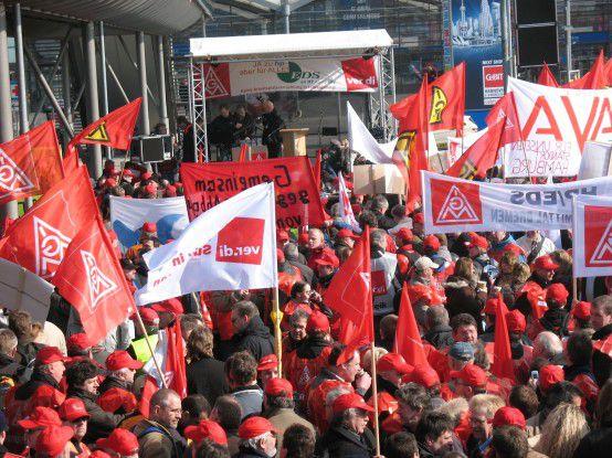 Gemeinschaftlicher Warnsreik von EDS- und Avaya-Beschäftigten vor dem Messegeländer der CeBIT in Hannover.