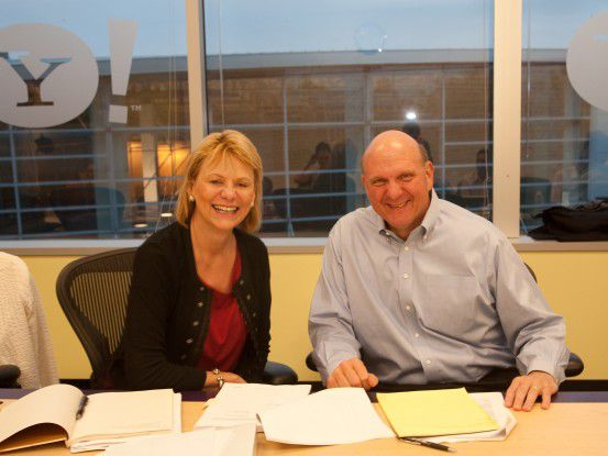 Yahoo!-Chefin Carol Bartz und Microsoft-Boss Steve Ballmer kündigen die Such-Kooperation an.